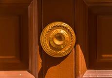 Κλείστε επάνω σε μια στρογγυλή λαβή πορτών με τα διακοσμητικά στοιχεία, πόρτα δ Στοκ φωτογραφία με δικαίωμα ελεύθερης χρήσης