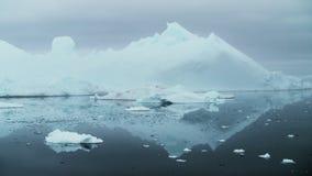 Κλείστε επάνω στα παγόβουνα Λιμνοθάλασσα παγετώνων φιλμ μικρού μήκους