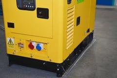 Κλείστε επάνω στην εφεδρική εφεδρική γεννήτρια diesel δύναμης για το σπίτι με το πίνακα ελέγχου στοκ φωτογραφία με δικαίωμα ελεύθερης χρήσης
