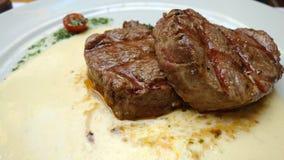Κλείστε επάνω στην μπριζόλα κόντρων φιλέτο με τη σάλτσα μπλε τυριών Στοκ εικόνα με δικαίωμα ελεύθερης χρήσης