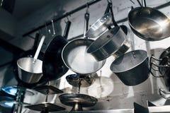 Κλείστε επάνω στο μαγείρεμα των τηγανιών και των εργαλείων Στοκ Εικόνες