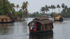 Κλείστε επάνω στο τόξο της βάρκας μέσω του ποταμού απόθεμα βίντεο