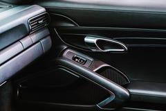 Κλείστε επάνω στο luxory αυτοκίνητο πόρτα μέσα στην άποψη στοκ φωτογραφία με δικαίωμα ελεύθερης χρήσης