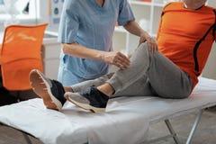 Κλείστε επάνω συμπαθητικού ενός ηλικίας επανδρώνει το πόδι στοκ φωτογραφία
