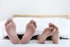Κλείστε επάνω τέσσερα πόδια στο κρεβάτι Στοκ φωτογραφία με δικαίωμα ελεύθερης χρήσης