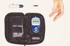 Κλείστε επάνω τα αποτελέσματα της κινητής δοκιμής διαβήτη για το επίπεδο ζάχαρης Στοκ εικόνα με δικαίωμα ελεύθερης χρήσης
