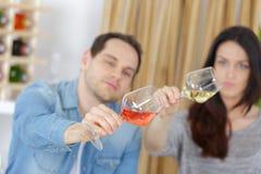 Κλείστε επάνω τα ασιατικά clinking γυαλιά ζευγών στο κατάστημα κρασιού Στοκ φωτογραφία με δικαίωμα ελεύθερης χρήσης