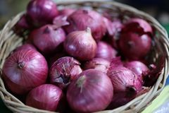 Κλείστε επάνω τα κρεμμύδια, λαχανικά, πολύ με τα οφέλη καλών υγειών στοκ φωτογραφία