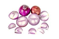 Κλείστε επάνω τα κρεμμύδια με κατά το ήμισυ τεμαχισμένος απομονωμένος στο άσπρο υπόβαθρο στοκ εικόνα με δικαίωμα ελεύθερης χρήσης