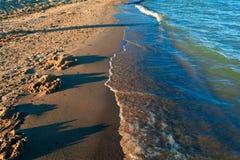 Κλείστε επάνω τα μπλε κύματα θαλάσσιου νερού Στοκ Εικόνες