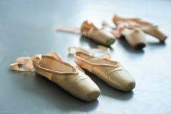 Κλείστε επάνω τα παλαιά παπούτσια μπαλέτου pointe Στοκ εικόνα με δικαίωμα ελεύθερης χρήσης