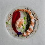 Κλείστε επάνω τα πλοκάμια καλαμαριών σε ένα άσπρο πιάτο Τοπ όψη Στοκ Εικόνες