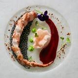 Κλείστε επάνω τα πλοκάμια καλαμαριών σε ένα άσπρο πιάτο Τοπ όψη Στοκ Φωτογραφία