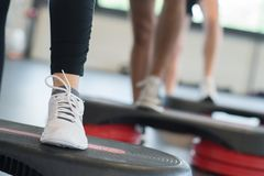 Κλείστε επάνω τα πόδια στο βήμα κατά τη διάρκεια της κατηγορίας άσκησης Στοκ Φωτογραφίες