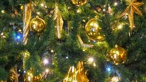 Κλείστε επάνω τα φω'τα χριστουγεννιάτικων δέντρων που ακτινοβολούν τη νύχτα με από το υπόβαθρο εστίασης Νέο δέντρο έτους με τις δ απόθεμα βίντεο