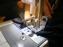 Κλείστε επάνω τα χέρια γυναικών ` s πίσω από τη ράβοντας μηχανή και το στοιχείο στοκ εικόνες με δικαίωμα ελεύθερης χρήσης