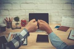 Κλείστε επάνω τα χέρια επιχειρηματιών που δίνουν στην πρόσκρουση πυγμών την πίσω άποψη Στοκ Φωτογραφία