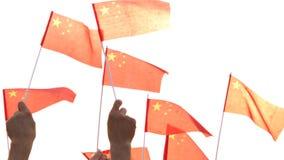 Κλείστε επάνω τα χέρια κρατώντας τις σημαίες της Κίνας φιλμ μικρού μήκους