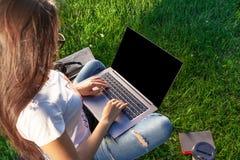 Κλείστε επάνω τα χέρια στο πληκτρολόγιο Γυναίκα που εργάζεται στον υπολογιστή PC lap-top με την κενή μαύρη κενή οθόνη στο διάστημ Στοκ εικόνα με δικαίωμα ελεύθερης χρήσης