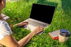 Κλείστε επάνω τα χέρια στο πληκτρολόγιο Γυναίκα που εργάζεται στον υπολογιστή PC lap-top με την κενή μαύρη κενή οθόνη στο διάστημ Στοκ φωτογραφίες με δικαίωμα ελεύθερης χρήσης