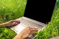 Κλείστε επάνω τα χέρια στο πληκτρολόγιο Γυναίκα που εργάζεται στον υπολογιστή PC lap-top με την κενή μαύρη κενή οθόνη στο διάστημ Στοκ φωτογραφία με δικαίωμα ελεύθερης χρήσης