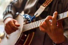 Κλείστε επάνω τα χέρια του ατόμου που παίζει το μαντολίνο 8 σειράς στοκ φωτογραφία