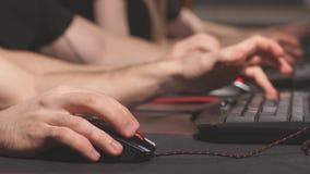 Κλείστε επάνω τα gamers δίνει τα ωθώντας κουμπιά στα πληκτρολόγια, εργασία, στοιχημάτιση, παιχνίδι απόθεμα βίντεο