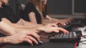 Κλείστε επάνω τα gamers δίνει τα ωθώντας κουμπιά στα πληκτρολόγια, εργασία, στοιχημάτιση, παιχνίδι φιλμ μικρού μήκους
