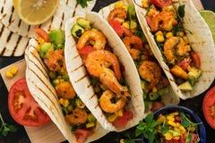 Κλείστε επάνω τα tacos με τις γαρίδες Μεξικάνικο παραδοσιακό πρόχειρο φαγητό επάνω από την όψη στοκ εικόνα