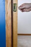 Κλείστε επάνω την άποψη ενός προσώπου που ξεκλειδώνει την πόρτα τσεπών Στοκ Φωτογραφία