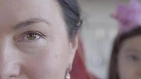 Κλείστε επάνω την άποψη μιας ευτυχούς ηλικιωμένης ανώτερης γυναίκας στο πρώτο πλάνο και το θολωμένο πρόσωπο της εγγονής μικρών κο απόθεμα βίντεο
