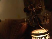Κλείστε επάνω την άποψη μιας συνεδρίασης νεράιδων σε ένα ιπποδρόμιο περιστροφής κεριών μετάλλων φεγγαριών με τις μορφές αστεριών  στοκ εικόνες