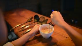 Κλείστε επάνω την άποψη σε ετοιμότητα γυναικών κρατά το φλυτζάνι με το μίγμα τηγανιτών απόθεμα βίντεο