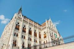 Κλείστε επάνω την άποψη στο κτήριο των Κοινοβουλίων της Βουδαπέστης και ένα όμορφο BL Στοκ φωτογραφία με δικαίωμα ελεύθερης χρήσης