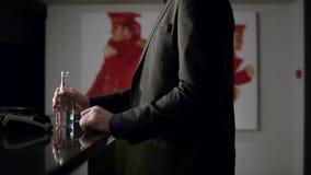 Κλείστε επάνω την άποψη της κατανάλωσης επιχειρηματιών από ένα μπουκάλι του μεταλλικού νερού απόθεμα Καλλιεργημένος κοντά επάνω ε απόθεμα βίντεο