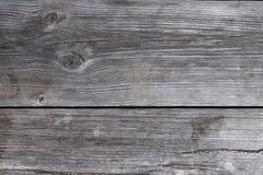 Κλείστε επάνω την άποψη της παλαιάς γκρίζας σανίδας πινάκων από έναν πάγκο o στοκ εικόνα με δικαίωμα ελεύθερης χρήσης
