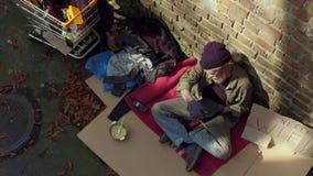 Κλείστε επάνω την άποψη του άστεγου παλαιού lap-top εκμετάλλευσης ατόμων απόθεμα βίντεο