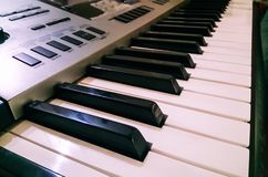 Κλείστε επάνω την άποψη του ηλεκτρονικού πληκτρολογίου συνθετών πιάνων Εκλεκτική εστίαση και δευτερεύουσα άποψη γωνίας στοκ φωτογραφία με δικαίωμα ελεύθερης χρήσης