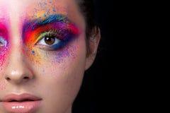 Κλείστε επάνω την άποψη του προσώπου με το πολύχρωμο makeup στοκ εικόνα με δικαίωμα ελεύθερης χρήσης