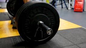Κλείστε επάνω την άποψη του barbell στο πάτωμα στη γυμναστική Πτώσεις Barbell στο πάτωμα μετά από την άσκηση Barbell Αποσυντεθειμ Στοκ φωτογραφίες με δικαίωμα ελεύθερης χρήσης