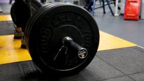 Κλείστε επάνω την άποψη του barbell στο πάτωμα στη γυμναστική Πτώσεις Barbell στο πάτωμα μετά από την άσκηση Barbell Αποσυντεθειμ Στοκ εικόνες με δικαίωμα ελεύθερης χρήσης