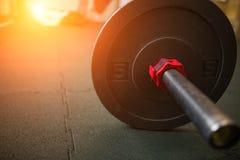 Κλείστε επάνω την άποψη του barbell στο πάτωμα στη γυμναστική Στοκ Εικόνες