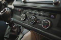 Κλείστε επάνω την άποψη των κλιματιζόμενων κουμπιών και του ταμπλό αυτοκινήτων στοκ φωτογραφία