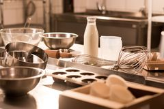 κλείστε επάνω την άποψη των συστατικών για τα εργαλεία ζύμης και κουζινών στο μετρητή στο εστιατόριο στοκ εικόνα με δικαίωμα ελεύθερης χρήσης