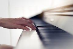 Κλείστε επάνω την άποψη των χεριών γυναικών που παίζει το ηλεκτρονικό πιάνο στο σπίτι στοκ εικόνα
