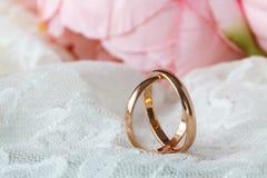 Κλείστε επάνω την άποψη των χρυσών γαμήλιων δαχτυλιδιών ζευγαριού Στοκ φωτογραφία με δικαίωμα ελεύθερης χρήσης