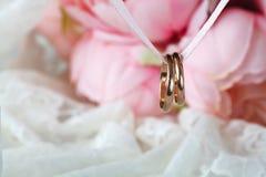 Κλείστε επάνω την άποψη των χρυσών γαμήλιων δαχτυλιδιών ζευγαριού Στοκ Φωτογραφίες
