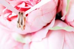 Κλείστε επάνω την άποψη των χρυσών γαμήλιων δαχτυλιδιών ζευγαριού Στοκ φωτογραφίες με δικαίωμα ελεύθερης χρήσης