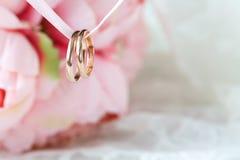 Κλείστε επάνω την άποψη των χρυσών γαμήλιων δαχτυλιδιών ζευγαριού Στοκ Εικόνες