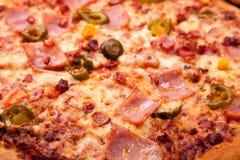 Κλείστε επάνω την άποψη των ψημένων συστατικών piza Στοκ Φωτογραφίες